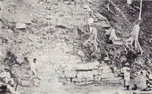 Los inicios el primer proyecto de restauración de América Latina: las excavaciones de Copán en Honduras. Se inicia el descubrimiento de la Escalera Jeroglífica en 1891.