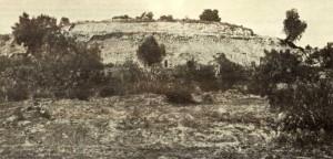 """vista de la pirámide desde el lado """"este"""" al finalizar los trabajos de 1922. Se había procedido a limpiar estratigráficamente los taludes superiores."""