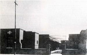 Fotografía del exterior de la escuela Dr. Luis Ruiz, con sus dos alas de aulas, el patio central y los edificios de administración al frente.