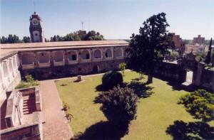 Vista interior del primer patio del convento; al fondo el área construida dentro de la cual se hicieron las excavaciones arqueológicas
