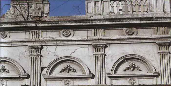 El paisaje urbano porteño incluye construcciones de la primera mitad del siglo pasado y terrenos baldíos que muestran huellas de lo que allí hubo y presagian la irrupción de nuevos y desmemoriados estilos.