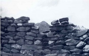 Pequeña ventana que corona el semidestruido muro del recinto circular B-III. Desde el centro puede verse el pico de la montaña más alta cercana, donde se halla un pequeño altar cerca del piso.