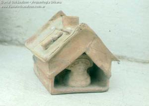 Maquetas y cerámicas funerarias que representan la arquitectura precolombina en Ecuador.